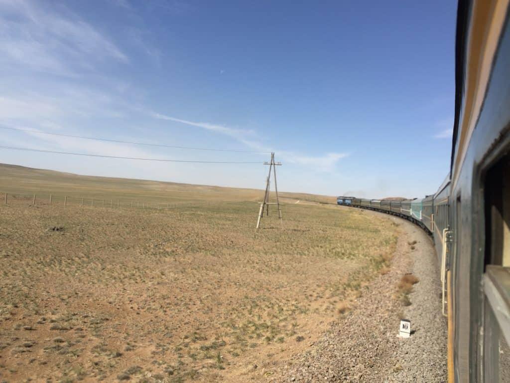 Transmongolische Eisenbahn in der Gobi