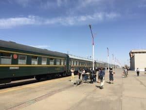Wagen der Transmongolischen in einem Bahnhof