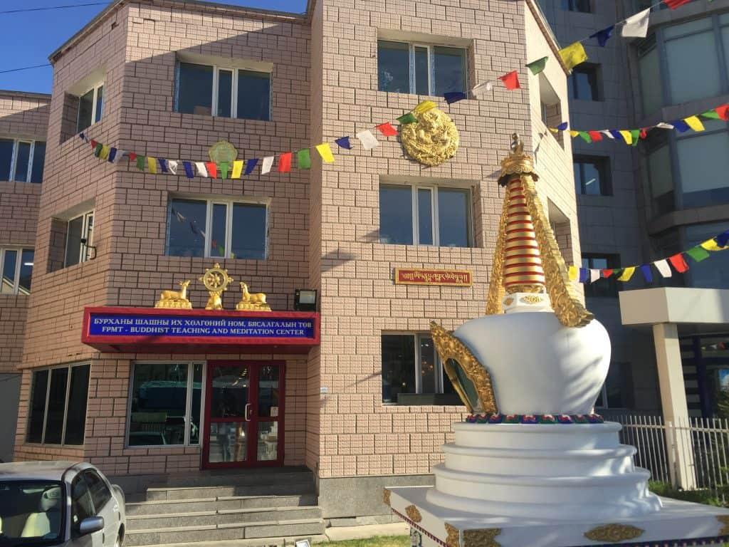 Luna Blanca in einem buddhistischen Zentrum auf der Touristenstraße