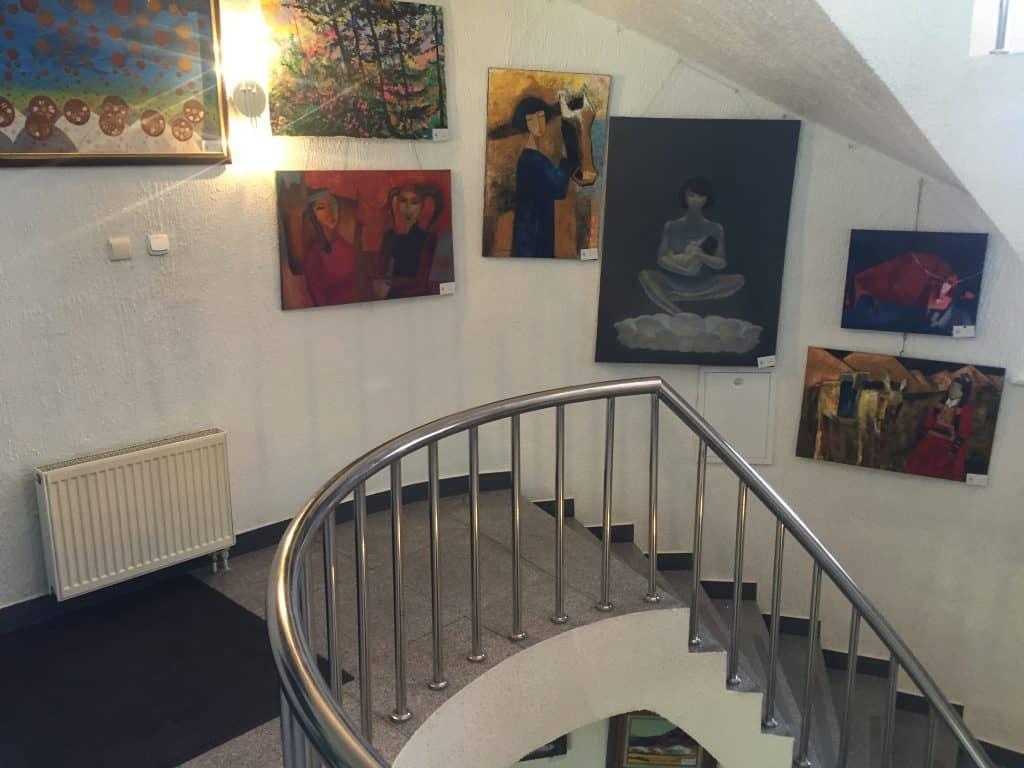 Ausgestellte Bilder im Treppenhaus der Mazaalai Galerie