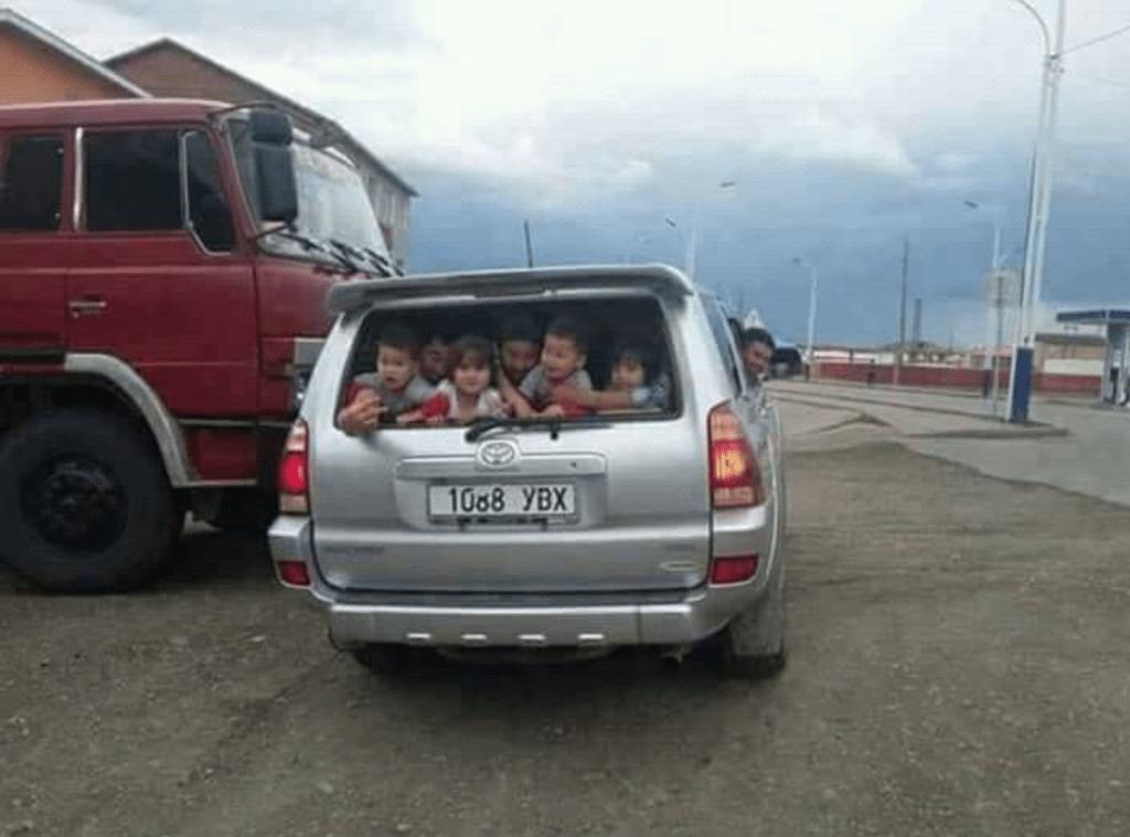 Auto voller Kinder