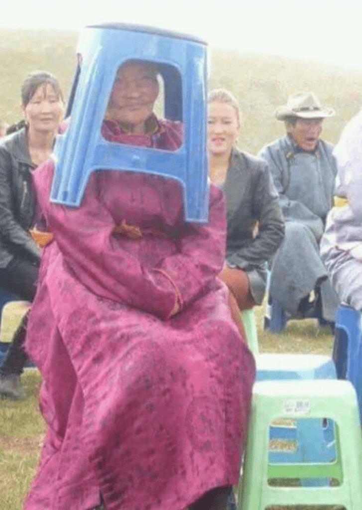 Only in Mongolia 8: Ein Hocker wird zum Regenschirm