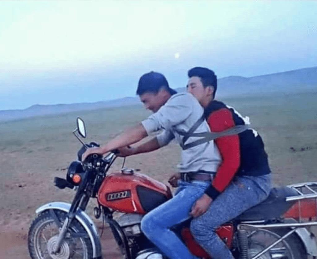 Ein betrunkener wird auf dem Motorrad nach Hause gebracht