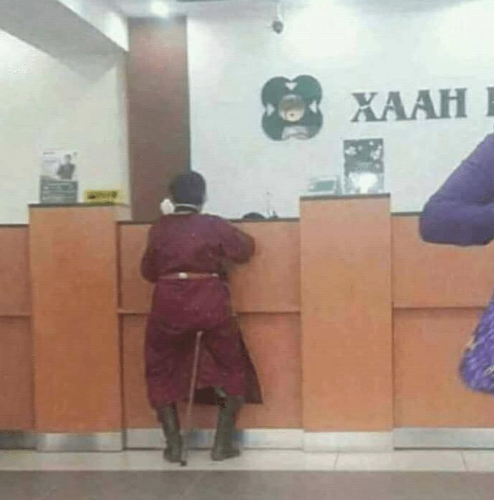 Kreativer Hocker: eine in einen Deel gekleidete Dame sitzt auf ihrem Gehstock