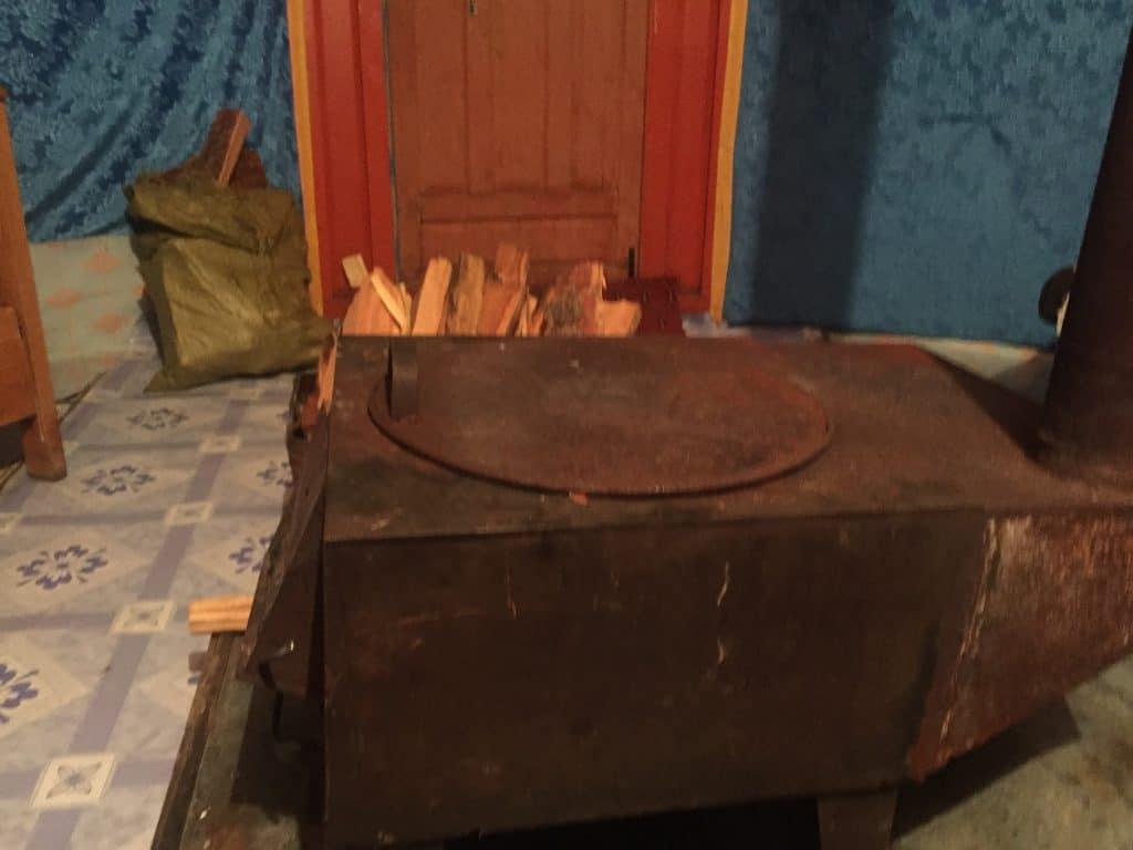Ofen als Mittelpunkt in einer mongolischen Jurte