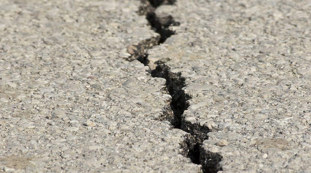 Spalte durch ein Erdbeben ausgelöst